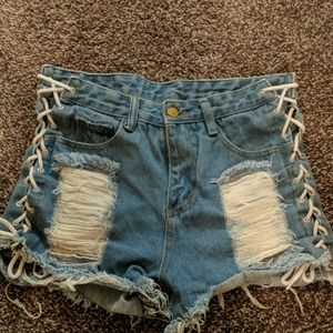 Destroyed shorts with laces